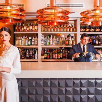 Novia en la barra del cóctel lounge de Mestura Restaurante