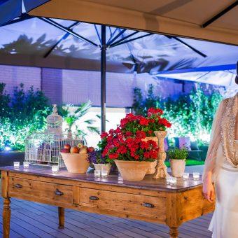 Novia en la terraza de Mestura Restaurante junto a una mesa decorada con flores y plantas
