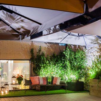 Vista de noche de un rincón de la terraza de Mestura Restaurante
