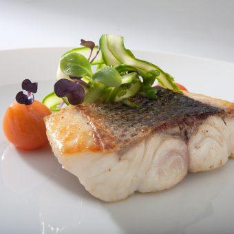 Merluza braseada con salteado de verduras