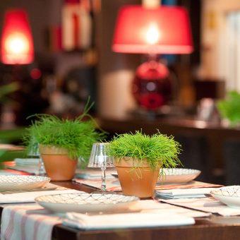Plantas como centro de mesa en el montaje del restaurante Avant Garde en Gijón