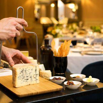 Persona cortando queso