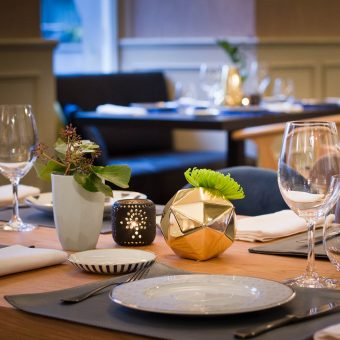 Detalle del montaje de una mesa en Mestura Restaurante