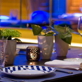 Detalle del montaje de una mesa en Mestura Restaurante en Oviedo