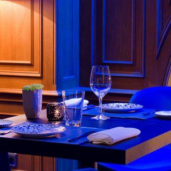 Vista general del montaje de una mesa en Mestura Restaurante