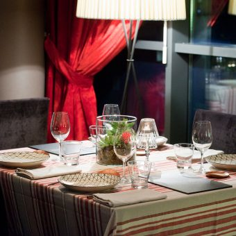 Montaje de una mesa en el restaurante de Avant Garde en Gijón