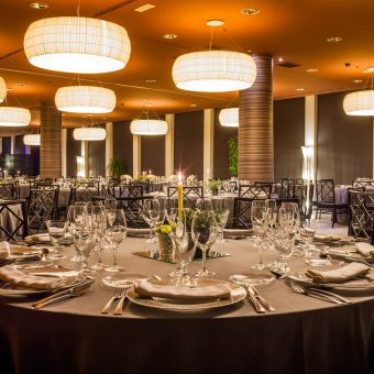 Vista general de las mesas que forman un salón en Deloya Restaurante