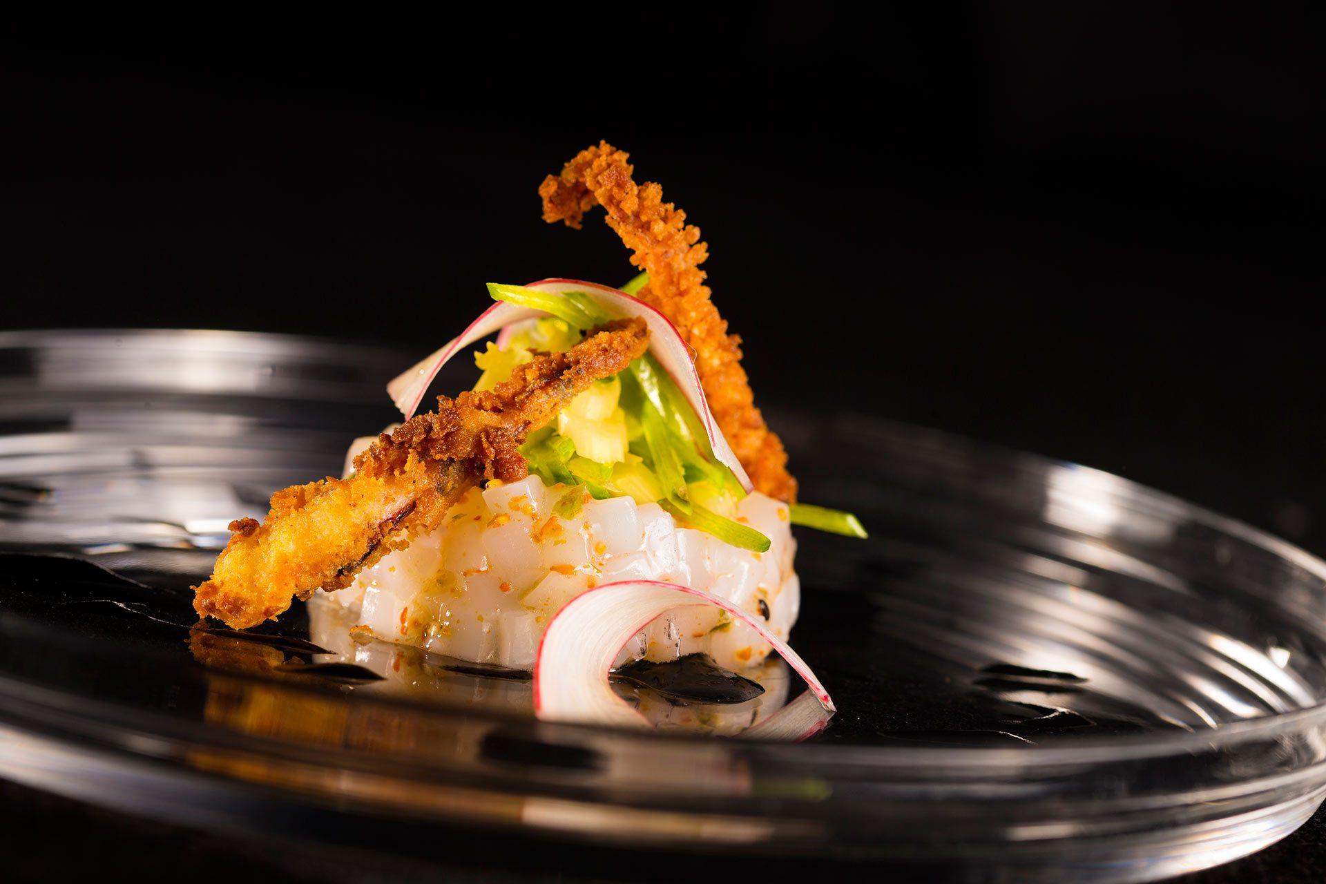 Tartar de Calamar con Ensalada de Ruibarbo Tirabeques y Caldo Infusionado en Estragon Mestura Restaurante Oviedo