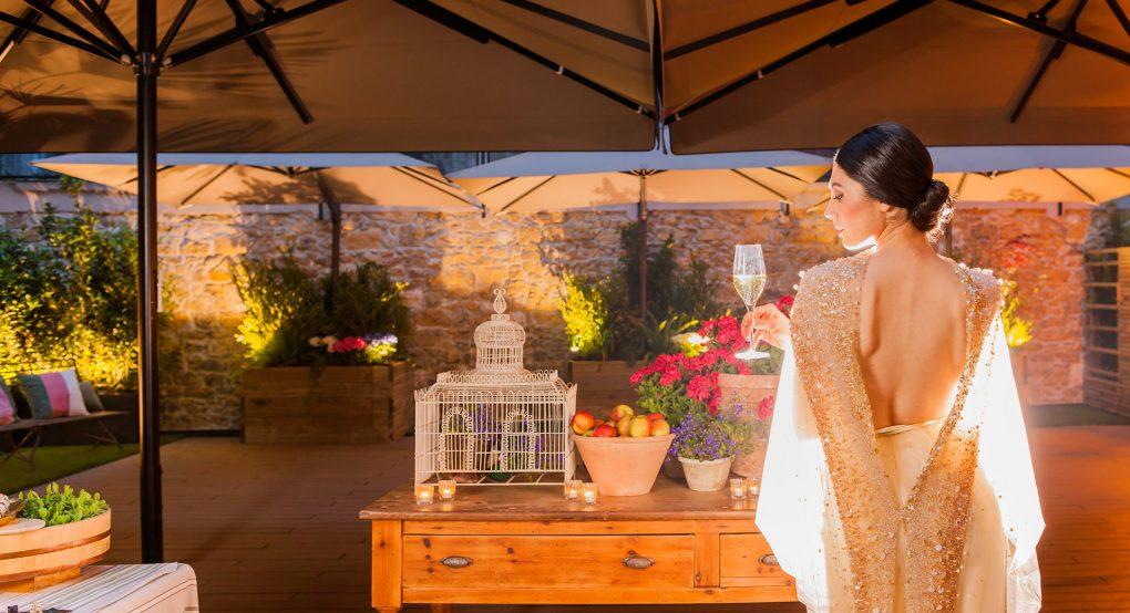 Novia de espaldas en la terraza de Mestura Restaurante