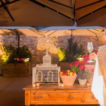 Novia de espaldas sostiene copa en la terraza de Mestura Restaurante