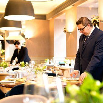 El Metre de Mestura Restaurante supervisa el montaje de una mesa del restaurante